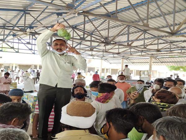 ખરીદી-વેંચાણ કરતી પેઢીઓએ પ્રથમ બોક્ષની ગાયનાં ધર્માદા માટે હરરાજી બોલી હતી. - Divya Bhaskar