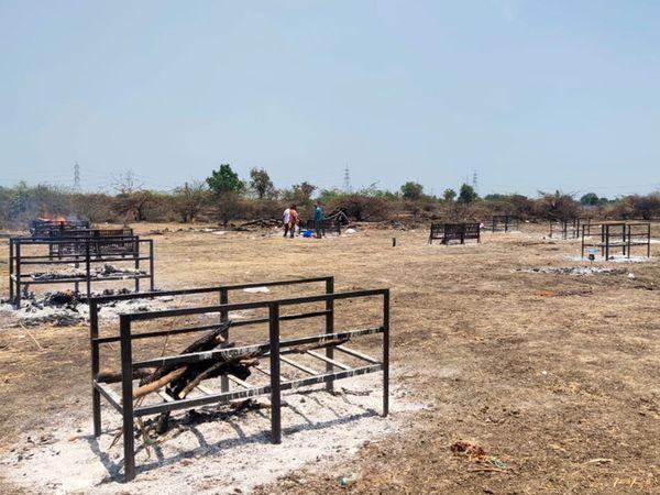 કમલાપુરામાં 17 ચિતા તૈયાર કરી પારુલ-ધીરજ સહિત જિલ્લાની હોસ્પિટલોની લાશની અંતિમવિધિ થાય છે. - Divya Bhaskar