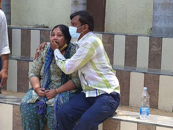 પાયોનિયર હોસ્પિટલમાં સમાના દર્દીનું સારવાર દરમિયાન મોત થતાં પરિવારે આક્ષેપ કર્યો હતો કે સવારે સાજા દર્દીનું મોત થતાં ગંભીર બેદરકારી દાખવાઇ છે. - Divya Bhaskar