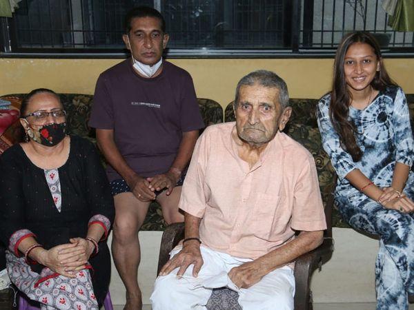 પરિવાર સાથે સુરેશભાઈ દેસાઇ. - Divya Bhaskar