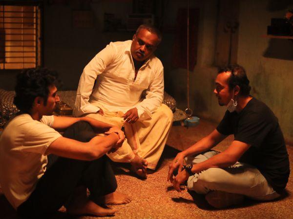 अभिषेक जैन सेट पर प्रतीक गांधी और अन्य के साथ