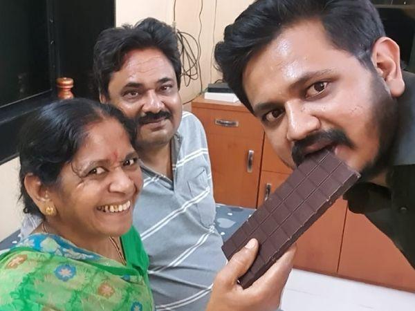 पत्नी प्रभा, बेटे दर्शन के साथ मुकेश सोजित्रा