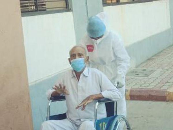 પરિવારના મોભી 87 વર્ષીય પ્રભુલાલ લાલજીભાઇ પોપટ - Divya Bhaskar