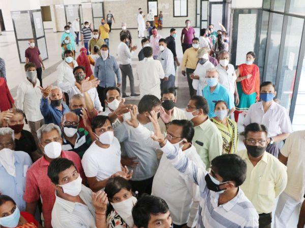 ખોખરામાં રસીકેન્દ્રના ઉદઘાટન માટે ગયેલા મેયર અને શહેર પ્રમુખને લોકોએ ઘેરી લીધા