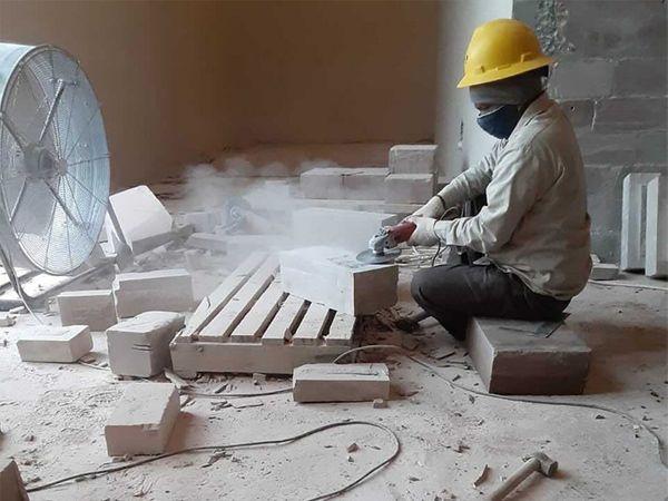 रॉबिन्सविले मंदिर परिसर में पत्थर पर नक्काशी करता एक मजदूर।  छवि सौजन्य: न्यूयॉर्क टाइम्स