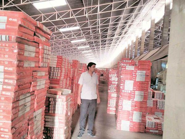 चीनी मिट्टी के गोदाम में सामान रखने के लिए जगह नहीं है क्योंकि स्टॉक साफ नहीं होता है।