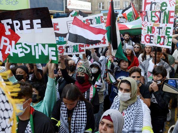 यह तस्वीर अमेरिका के न्यू यॉर्क के ब्रुकलिन की है।  जहां फिलिस्तीन पर इस्राइली हमले के विरोध में सैकड़ों लोगों ने सड़कों पर उतरकर प्रदर्शन किया।