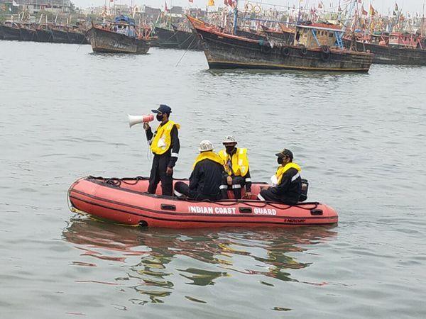 દરિયાકાંઠાના વિસ્તારોમાં NDRFથી લઈને કોસ્ટ ગાર્ડને તહેનાત કરી દેવામાં આવ્યા છે.