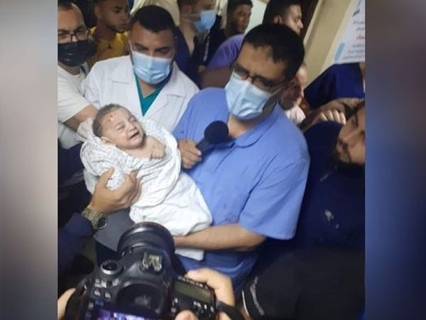 गाजा पट्टी में इस्राइली हमले के बाद शनिवार को एक बच्चे को बचा लिया गया।  जबकि 6 बच्चों की मौत हो गई।