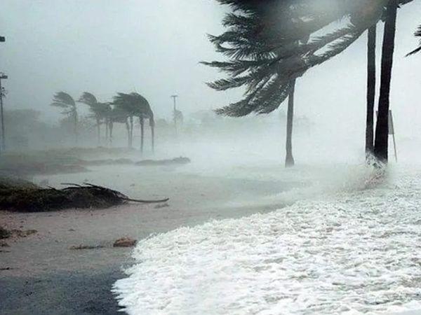 તાઉ-તે વાવાઝોડું રાતે 9.30 વાગ્યે પ્રચંડ ઝડપે ઉનાના દરિયાકાંઠેથી ગુજરાતમાં પ્રવેશ્યું હતું. - Divya Bhaskar