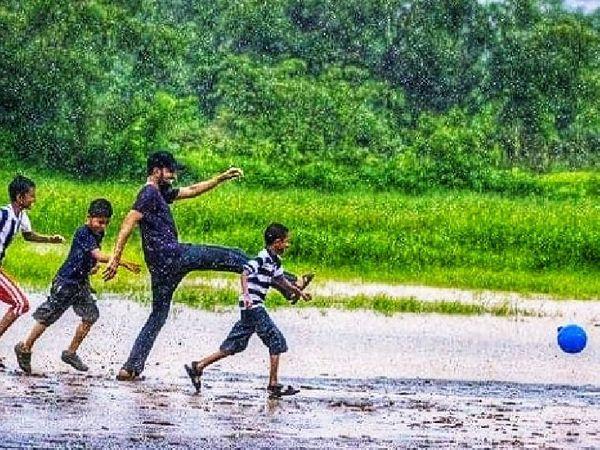 માઉન્ટ આબુમાં વરસાદની વચ્ચે રમતા બાળકો