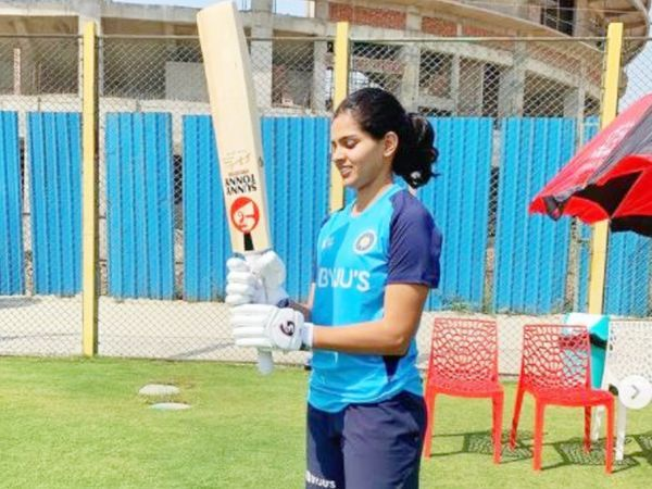 प्रिया टॉप ऑर्डर की बल्लेबाज हैं।