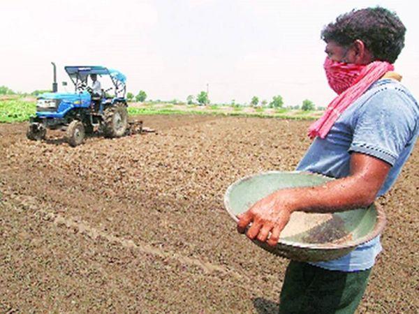 खरीफ की बुवाई की तैयारी करते किसान (फाइल फोटो)।
