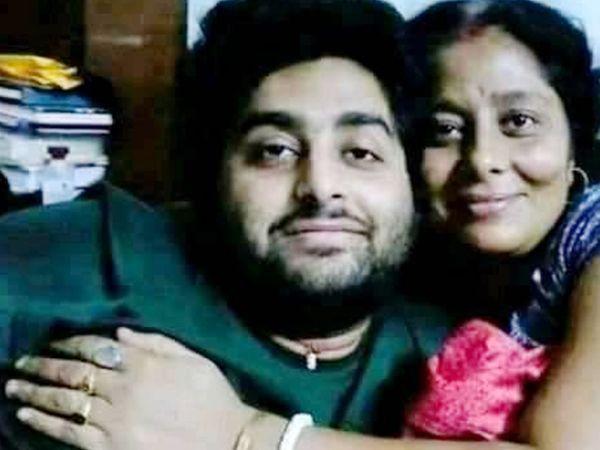 मां अदिति के साथ अरिजीत सिंह