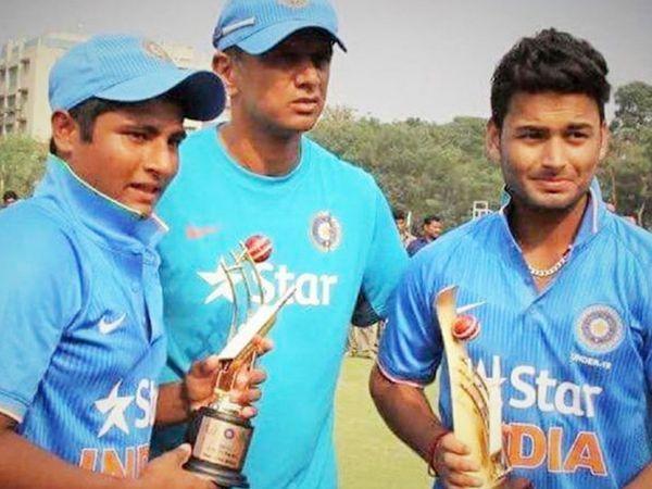 2016 अंडर -19 विश्व कप के दौरान सरफराज खान (बाएं) और ऋषभ पंत (दाएं) के साथ राहुल द्रविड़।