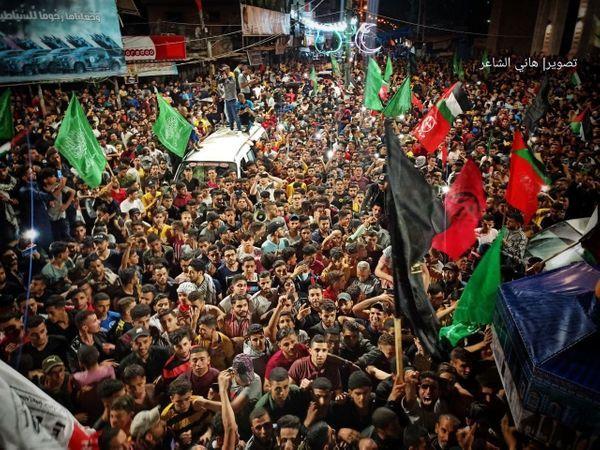 तस्वीर दक्षिणी गाजा के राफा इलाके की है।  संघर्ष विराम के बाद जश्न मनाते फिलिस्तीनी।