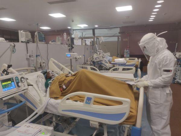 દર્દીની સારવાર કરી રહેલા આર્મીના ડોકટર.