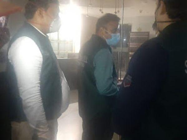 દિલ્હી પોલીસની સ્પેશિયલ સેલની ટીમો ટ્વિટર ઈન્ડિયાના કાર્યાલયો (લાડો સરાય, દિલ્હી અને ગુડગાંવ)માં તપાસ માટે પહોંચી છે. આ તસવીર લાડો સરાય ઓફિસની છે - Divya Bhaskar