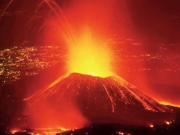 निरागोंगो दुनिया के सबसे खतरनाक ज्वालामुखियों में से एक है।  1977 में भी इसने कहर बरपाया था