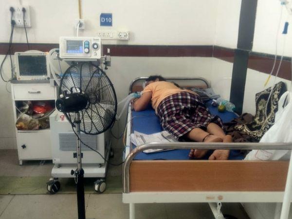 દર્દીને ઉંધા સુવડાવી સારવાર લેવાય છે.