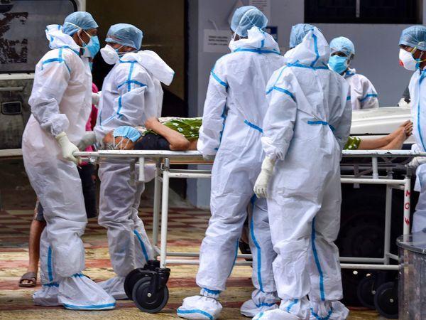 આ ફોટો કોલકાતાનો છે. અહીંની એક સરકારી હોસ્પિટલમાં કોરોનાથી સંક્રમિત દર્દીને દાખલ કરવા માટે લઈ જતા હેલ્થકેર કાર્યકરો.