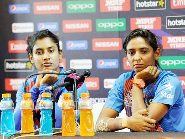 मिताली राज (बाएं) को टेस्ट और वनडे टीमों का कप्तान बनाया गया है।  जबकि हरमनप्रीत कौर टी20 टीम की कप्तान होंगी।