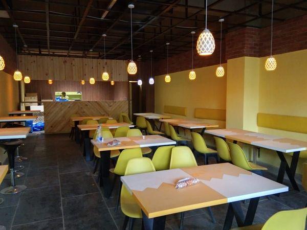 कोरोना (प्रतीकात्मक छवि) के कारण कई रेस्तरां और कैफे बंद हो रहे हैं।