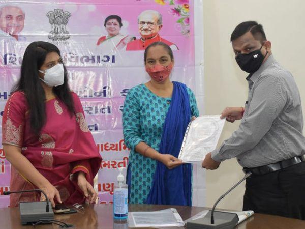 20 જેટલા શિક્ષણ સહાયકોને કલેક્ટર શાલિની અગ્રવાલના હસ્તે પ્રતિકાત્મક રીતે નિમણૂંક પત્રો આપવામાં આવ્યા હતા - Divya Bhaskar