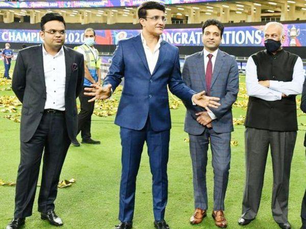 यह तस्वीर पिछले साल यूएई में खेले गए आईपीएल सीजन की है।  जय शाह और गांगुली के साथ बीसीसीआई कोषाध्यक्ष अरुण धूमल और आईपीएल अध्यक्ष बृजेश पटेल हैं।