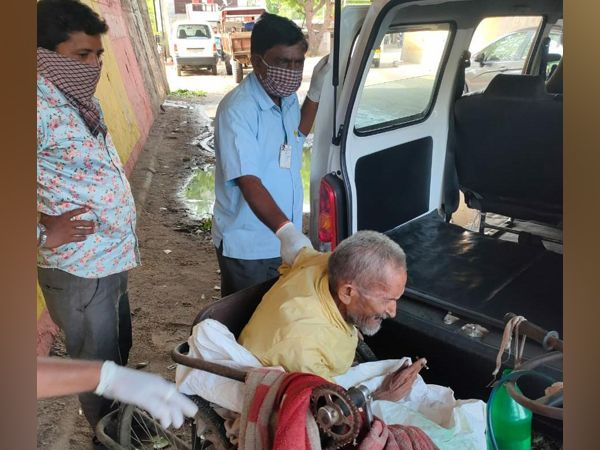 ભરતભાઈ રાવળની મદદે આવેલી જિલ્લા સમાજ સુરક્ષાની ટીમ - Divya Bhaskar