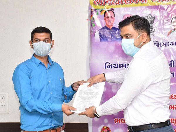 છોટાઉદેપુર જિલ્લામાં 44 શિક્ષણ સહાયકોની નિમણૂક કરવામાં આવી છે.જિલ્લા કલેકટર સુજલ મયાત્રા ના હસ્તે નિમણૂક પત્ર આપવામા આવ્યા. - Divya Bhaskar