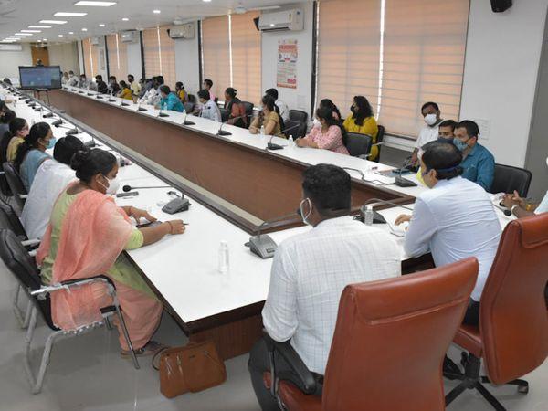 ગીર સોમનાથના અધિકારીઓ સાથે વીસીના માધ્યમથી મળેલ બેઠક - Divya Bhaskar