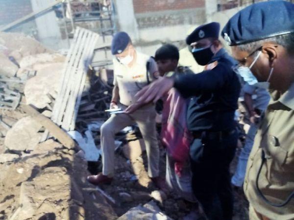 ઘટનાસ્થળે હાજર પોલીસકર્મીઓએ કાટમાળ નીચે દટાયેલાં શ્રમિકોને બહાર કાઢ્યા હતા અને હોસ્પિટલ પહોંચાડ્યા હતા.