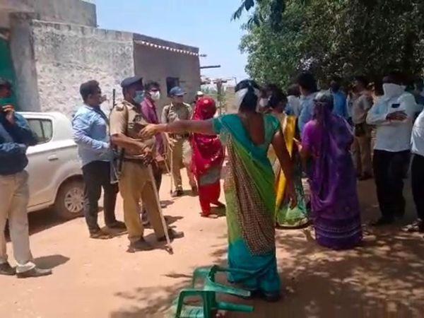 હળવદ પંથકમાં ખેડૂતોને વળતર વગર જ ખેતરમાં વીજપોલ ઉભા કરાતા જેટકોના અધિકારીઓ અને વચ્ચે ઘર્ષણ - Divya Bhaskar