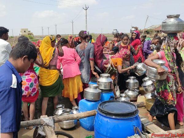 એક બેડા પાણી માટે મહિલાઓને લાંબી લાઇનમાં ઉભા રહેવું પડે છે. - Divya Bhaskar