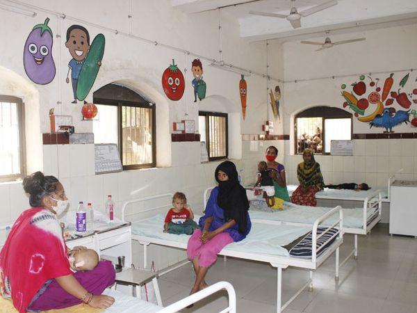 બાળ દર્દીઓનું મન અન્યત્ર વળે તે માટે દીવાલો પર પેઇન્ટિંગ બનાવાઈ રહ્યાં છે. - Divya Bhaskar