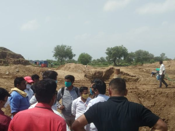 સ્થળ તપાસ કરતા ટીડીઓ સાથે અધિકારીઓ નજરે પડે છે - Divya Bhaskar