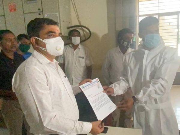 PPE કીટ પહેરીને શિક્ષણ અધિકારીને આવેદન પત્ર આપ્યું