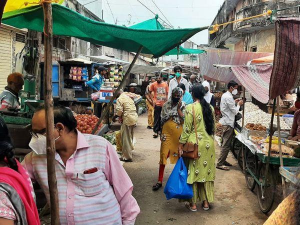 રાજપીપલા શહેરમાં આવેલા શાક માર્કેટમાં લોકોની ભીડ જામી રહી છે. લારી ધારકો પણ યોગ્ય ડિસ્ટન્સ જાળવતા નથી. - Divya Bhaskar