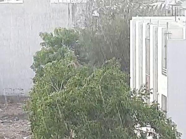 શહેરમાં ધીમી ધારે વરસાદ વરસ્યો.