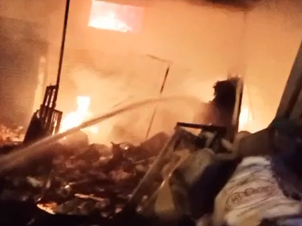 જાંબુવા ગામ પાસે ભંગારના ગોડાઉનમાં મોડી રાત્રે આગ ફાટી નીકળી હતી - Divya Bhaskar