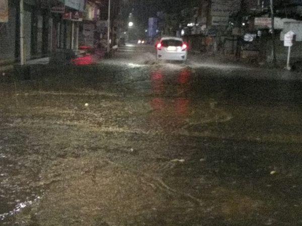 આણંદના અનેક વિસ્તારોમાં વરસાદ પડતા રસ્તાઓ પાણીમાં ગરકાવ થઈ ગયા હતા