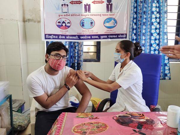 હળવદમાં બે સ્થળ ઉપર વેક્સિનેશન શરૂ કરાતા યુવા વર્ગમાં ખુશીનો માહોલ - Divya Bhaskar