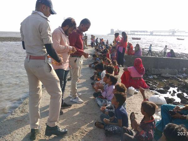 ચોટીલામાં સેવાભાવી સંસ્થાએ વાવાઝોડાથી પ્રભાવિત શિયાળબેટમાં રહેતા લોકો માટે રાશનકીટ પહોંચાડી - Divya Bhaskar