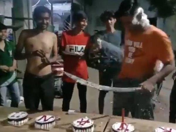 હાથમાં તલવાર લઈને જાહેરમાં કેક કાપતો વીડિયો વાયરલ થયો હતો