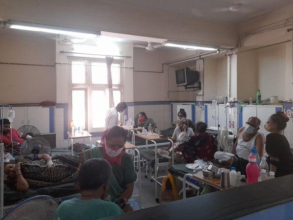 સિવિલમાં દર્દીઓની સારવાર - Divya Bhaskar