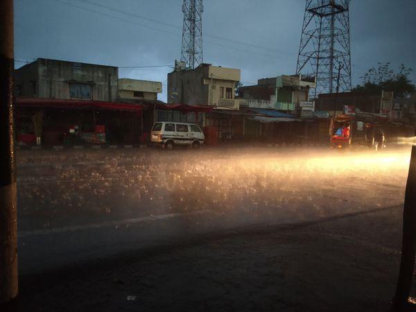 ગોધરા, શહેરા કાલોલ સહિતના તાલુકામાં વરસાદ વરસવાનો શરૂ થયો હતો. શહેરા તાલુકાના લાભી ગામે લીમડાના વૃક્ષની ડાળી વીજલાઈન પર પડતા થાંભલો પણ તુટી પડ્યો હતો - Divya Bhaskar