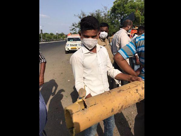 ન્યૂ વીઆઇપી રોડ પર લીકેજ થયેલી ગેસ લાઇનનું રિપેરિંગ કરાયું હતું. - Divya Bhaskar