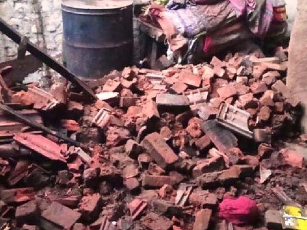 બાલાસિનોર પંથકમાં વરસાદ પડતા વડના મુવાડા ખાતે દિવાલ ધરાશાયી થતાં 1 મહિલા દબાતા ઇજા થઇ હતી. - Divya Bhaskar