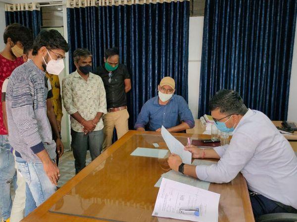 પાટણમાંમાં અમૃતમ કાર્ડની એજન્સીએ 9 ઓપરેટરોને છુટા કરતા આવેદન આપ્યું - Divya Bhaskar
